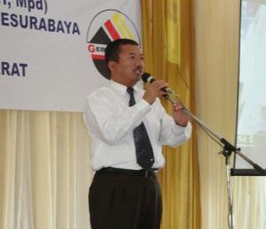 Walikota surabaya Bambang DH, menangis saat menyampaikan sambutan penyerahan bantuan dari warga kota Surabaya untuk korban gempa di Padang